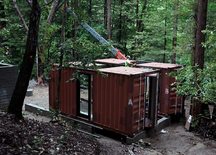 Ein containerhaus mitten im wald for Container haus bauen