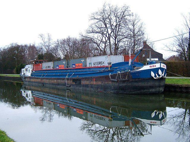 Auf den Binnengewässern im Hinterland wird der Container mit dem Binnenschiff transportiert