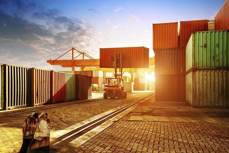 containerdepot im sonnenuntergang
